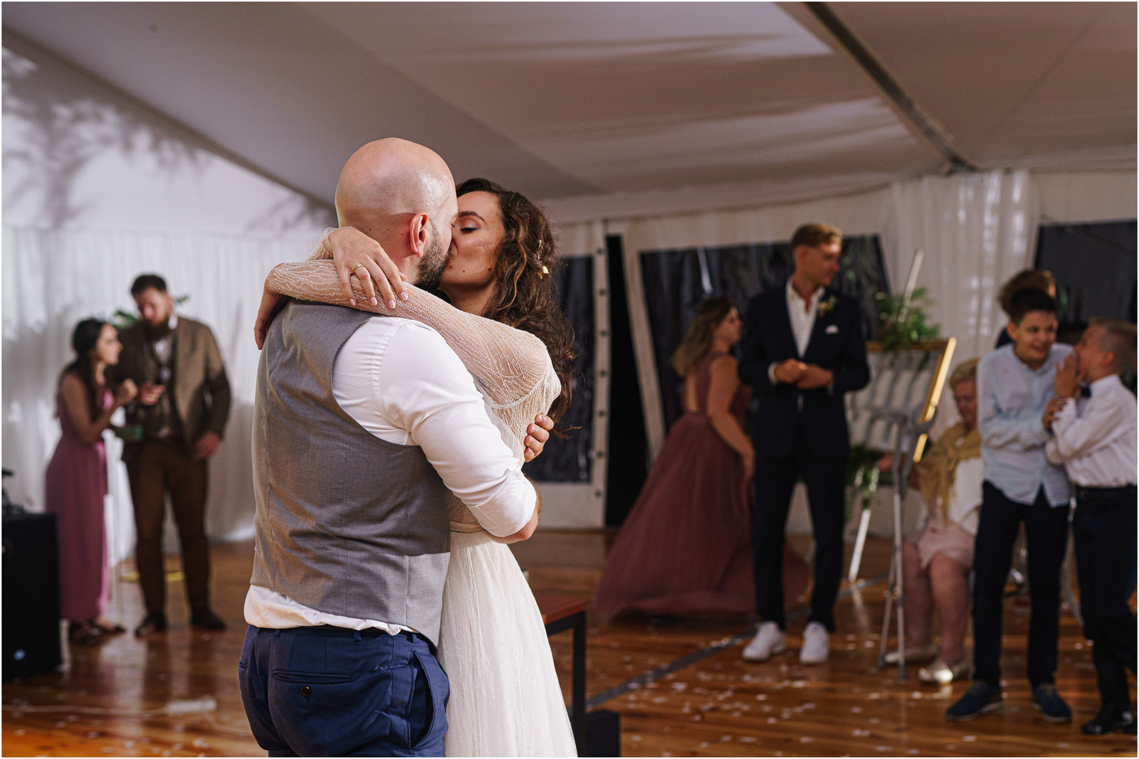 Justyna & Adrian | romantyczne wesele plenerowe w Jaworowym Dworze 119