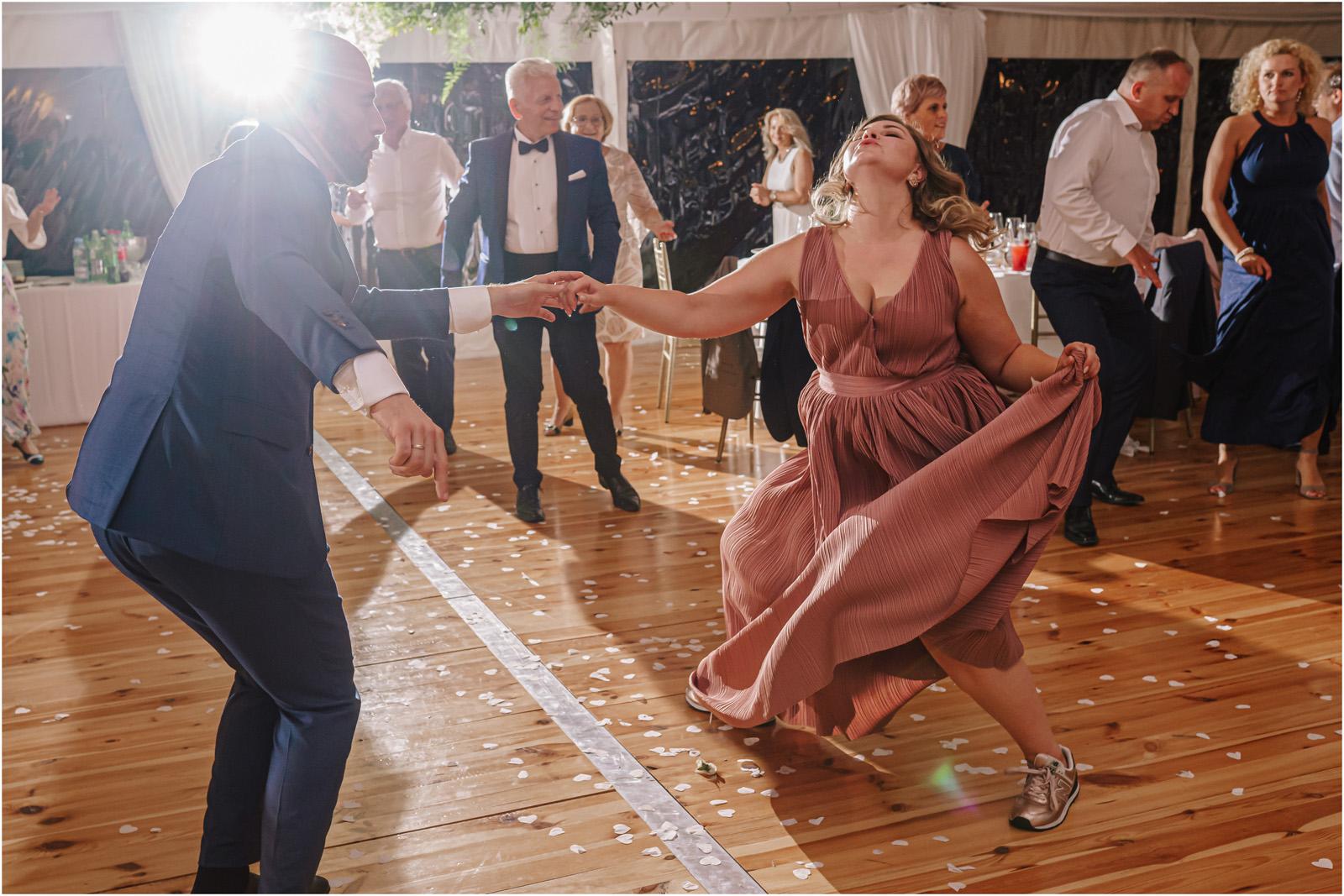 Justyna & Adrian | romantyczne wesele plenerowe w Jaworowym Dworze 107